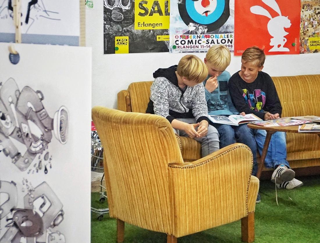 Die jungen Gäste der IGS Helpsen nutzen das Leseangebot im Comic-Markt Wiedensahl.